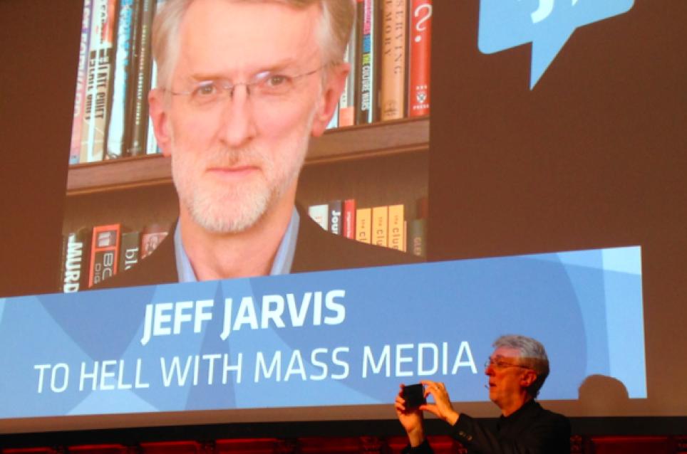 Jeff Jarvis che fotografa il pubblico dell'IJF15 al suo incontro